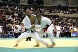 柔道男子66キロ級 4回戦で果敢に攻める大久保選手(左)