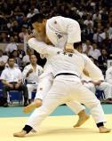 柔道男子団体決勝の代表戦で、果敢に攻める国士舘の斉藤立選手(奥)