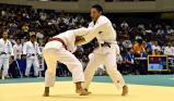 柔道男子73キロ級の1回戦で攻める鹿児島情報の岩坪選手(右)
