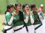 アーチェリー女子団体で準優勝した千葉英和の選手たち