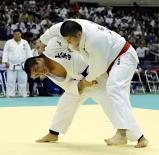 柔道男子100キロ級決勝で、果敢に攻める大牟田の森選手(左)