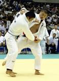 柔道男子100キロ級決勝で、必死に攻める木更津総合の金沢選手(右)