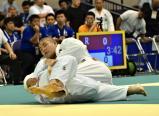 柔道男子100キロ超級の3回戦で攻める鹿児島実の山元選手(上)