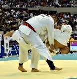 柔道男子100キロ超級の準々決勝で攻める鹿児島実の山元選手(右)