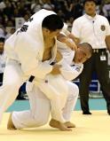 柔道男子100キロ超級決勝で、懸命に攻める作陽の高橋選手(右)