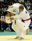 柔道男子100キロ超級決勝戦で、果敢に攻める国士舘の斉藤選手(左)