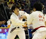 柔道女子70キロ級で優勝した桐蔭学園の朝飛真実選手(左)