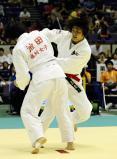 柔道女子78キロ級で優勝した富士学苑の黒田選手(右)