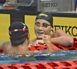 競泳男子200メートル個人メドレーの決勝レースを終え、他の選手と健闘をたたえ合う日大の小方選手(右)