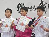 競泳男子200メートル個人メドレーの表彰式で笑顔を見せる日大の小方選手(中央)