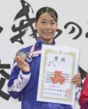 競泳女子50メートル自由形で準優勝し、表彰台で笑顔を見せる飯田の今牧選手