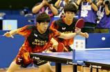 卓球男子ダブルスで優勝した野田学園の戸上隼輔(右)、宮川昌大組