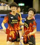 卓球男子ダブルスで優勝し笑顔を見せる野田学園の戸上隼輔(右)、宮川昌大組