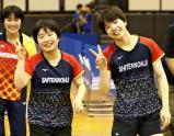 女子ダブルスで優勝した四天王寺の大川真美選手(右)と本井明梨選手(中央)