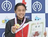優勝し、笑顔を見せる安田選手