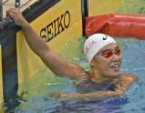 競泳女子100メートル自由形で優勝し、記録ボードを見る日大藤沢の大内紗雪選手