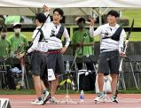 アーチェリー男子団体で優勝した柏陵の選手たち