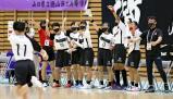 ハンドボール女子決勝、得点が入り、盛り上がる名古屋経大市邨のベンチ