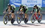 自転車男子チームスプリントで優勝した松山学院の選手たち