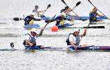 カヌー男子スプリント・カヤックペア(200メートル)決勝で懸命にパドルをこぐ谷地の早坂・松浦選手組(手前)