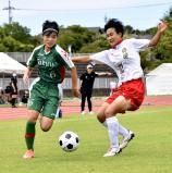 サッカー女子準決勝で、ボールを奪い合う作陽の選手(左)ら
