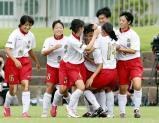 サッカー女子決勝、79分、決勝ゴールを決め、祝福される神村学園・川浪実歩(中央)