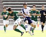 サッカー男子決勝、競り合う青森山田・名須川真光(手前左)と米子北・原佳太朗