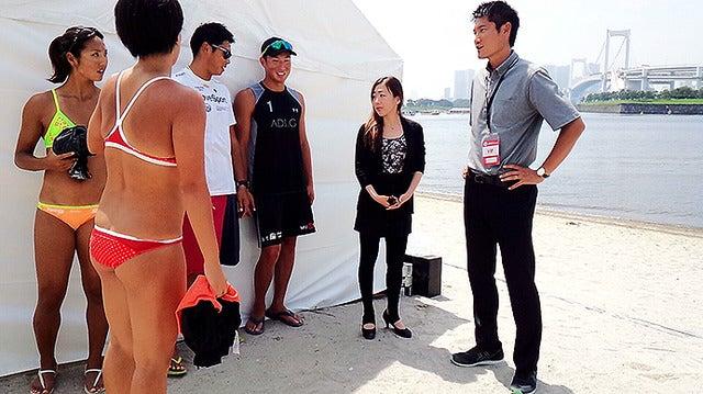 お台場の砂浜でビーチバレー選手たちと再開する朝日健太郎氏。フィギュアスケートの村主章枝氏も同席した《撮影 大野雅人(Gazin Airlines)》