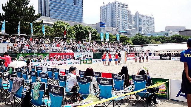 お台場の砂浜でビーチバレー選手たちと再開する朝日健太郎氏《撮影 大野雅人(Gazin Airlines)》