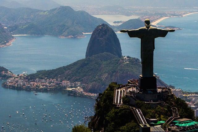 リオデジャネイロを見下ろすコルコバードのキリスト像(c) Getty Images
