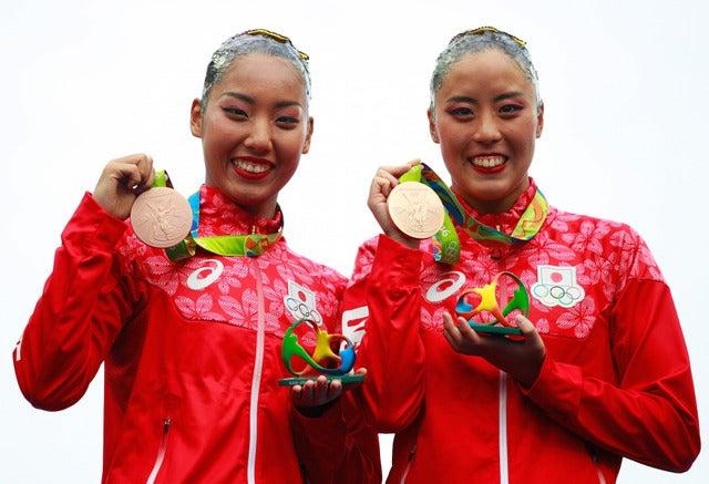 リオデジャネイロ五輪・シンクロナイズドスイミングで乾友紀子、三井梨紗子ペアが銅メダルを獲得(2016年8月16日)(c) Getty Images