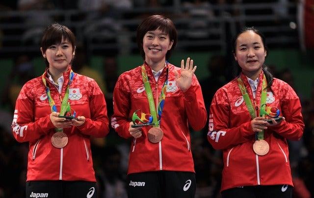 卓球団体で銅メダルを獲得した福原愛(左)、石川佳純(中央)、伊藤美誠(2016年8月16日)(c) Getty Images