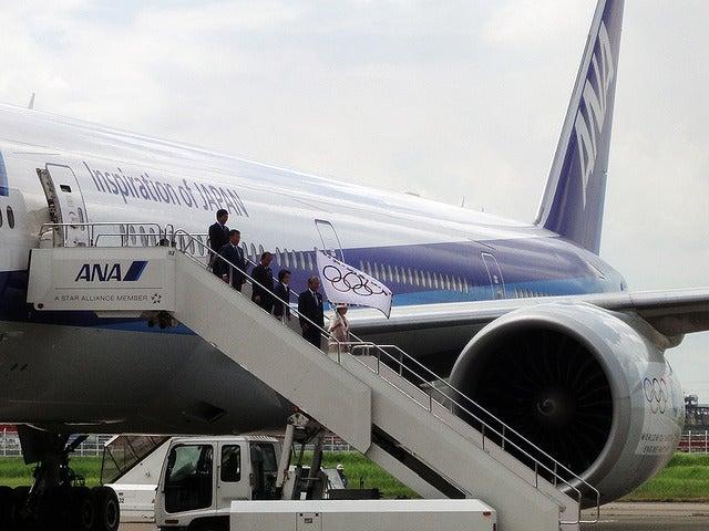 左舷側(ポート・サイド、PORT SIDE)から五輪旗を振りながら降りてくる小池百合子都知事《撮影 大野雅人(Gazin Airlines)》