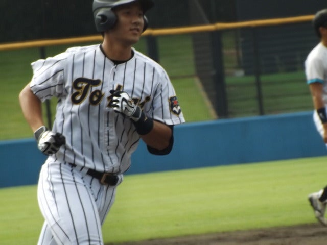 本塁打して、三塁ベースを回ってホームへ向かう東海大・森下君(4年・東海大相模)