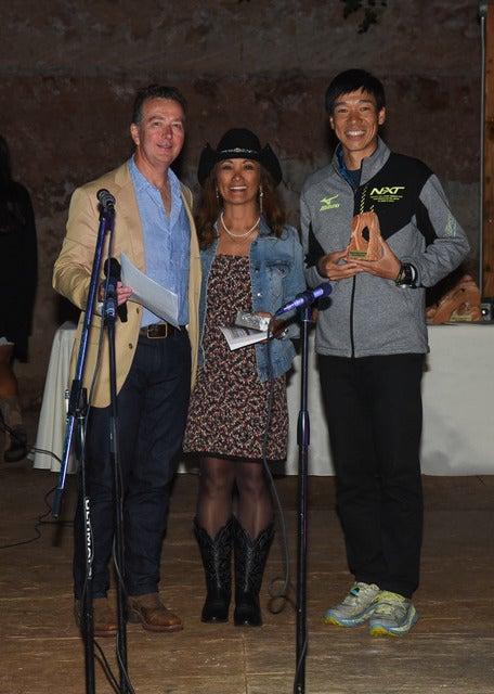 近畿大学ACの北田雄夫(右)がアドベンチャーマラソン「Grand to Grand Ultra」で年代別1位を獲得