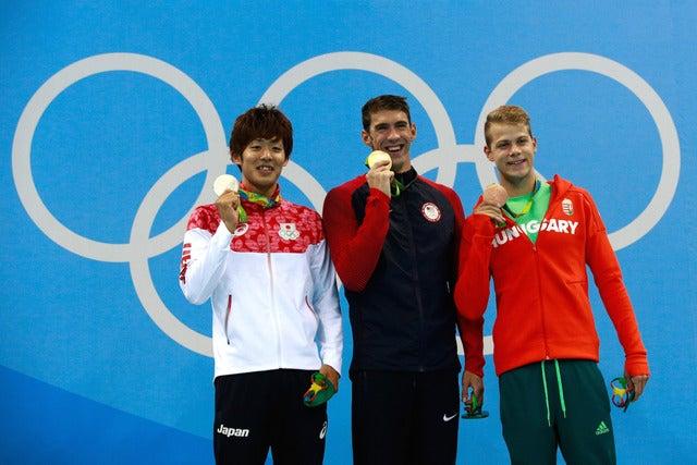 坂井聖人(左)がリオデジャネイロ五輪競泳男子200mバタフライで銀メダルを獲得(2016年8月8日)(c) Getty Images