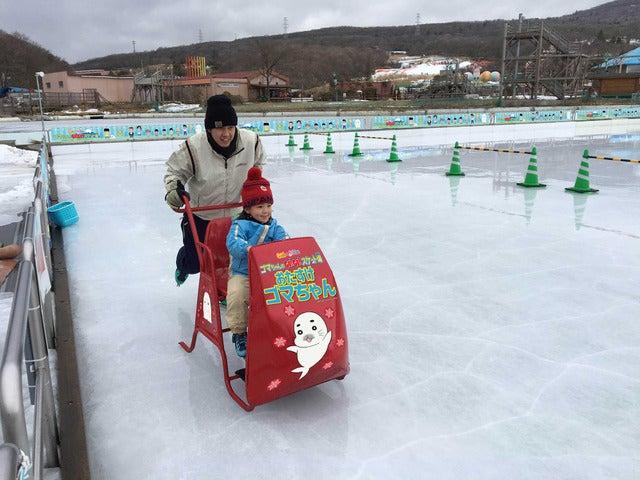 スケート場と少年アシベがコラボ、屋外リンクが遊園地「ぐりんぱ」に11/19オープン
