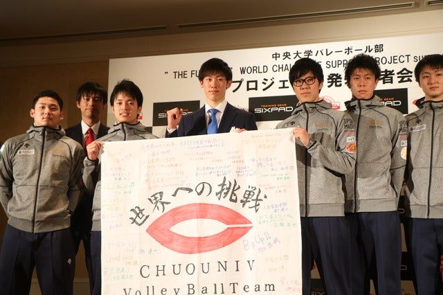 サプライズで部員たちが石川選手に寄せ書きを贈呈撮影:山本有莉