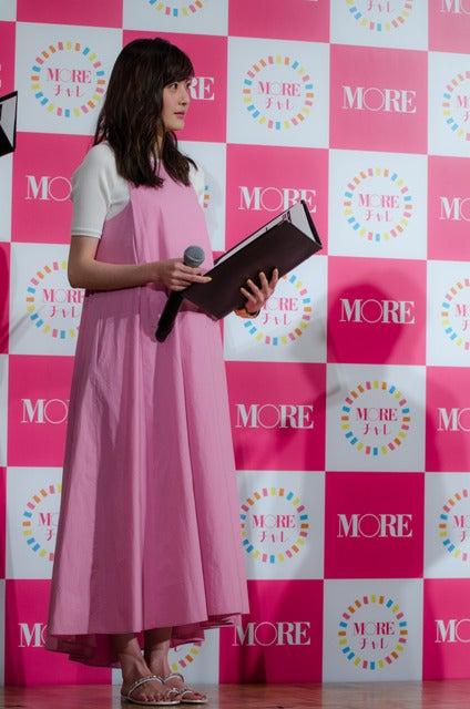 女性ファッション誌『MORE』のモアチャレ宣言プレス発表会でMCを務めた佐藤ありさ(2017年3月28日)撮影:五味渕秀行