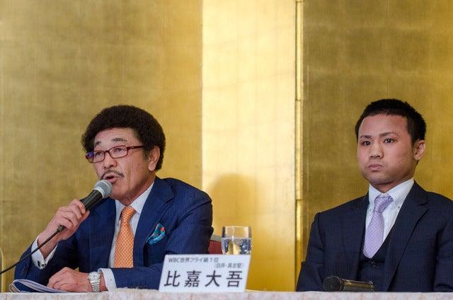 具志堅用高会長(左)と世界タイトルマッチに挑戦する比嘉大吾(2017年4月3日)撮影:五味渕秀行