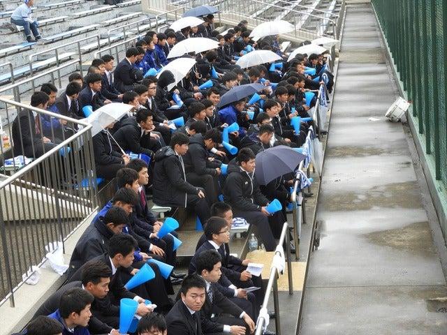雨の中、日体大応援スタンド撮影:手束仁