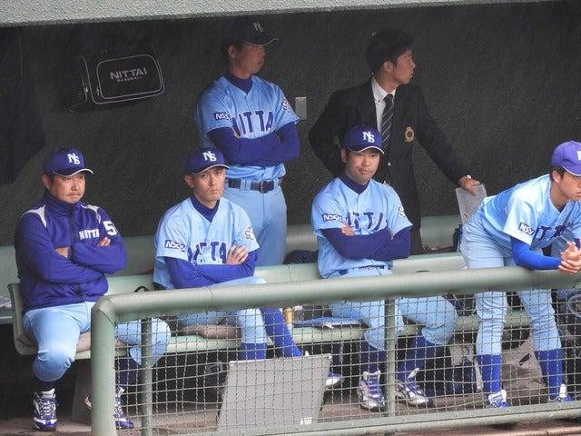 日体大ベンチ(左端は古城監督)撮影:手束仁