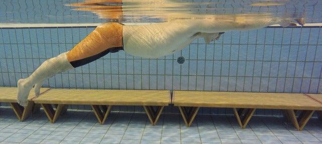 通常水着の19倍の浮力を持つ「楽に泳げる水着」リニューアル発売