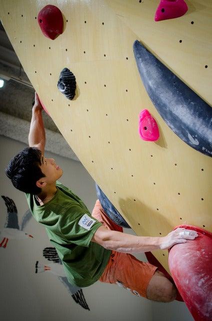 二子玉川のクライミングジム『フィッシュアンドバード』の壁を登るボルダリング日本代表の杉本怜(2017年4月26日)撮影:五味渕秀行
