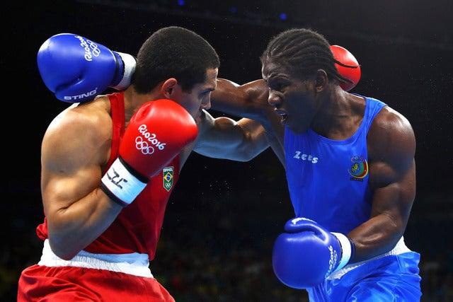 アッサン・エンダム(右)がカメルーン代表でリオデジャネイロ五輪ボクシングライトへビー級に出場(2016年8月6日)(c) Getty Images