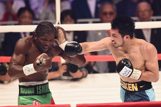 アッサン・エンダム(左) とWBA世界ミドル級王座決定戦で戦う村田諒太(2017年5月20日)(c) Getty Images