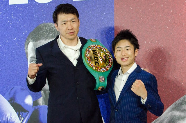 WBC世界ライトフライ級新王者の拳四朗(左)が一夜明け会見。寺地永会長と喜ぶ(2017年5月21日)撮影:五味渕秀行