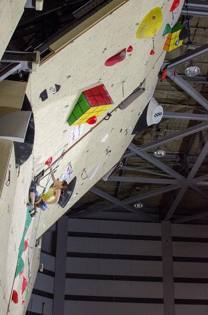 スポーツクライミング日本選手権リード競技大会で決勝の壁を登る小武芽生(2017年3月5日)撮影:五味渕秀行