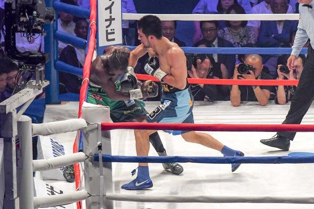 WBA世界ミドル級王座決定戦、4回に村田諒太がアッサン・エンダムを追い込む(2017年5月20日)撮影:五味渕秀行