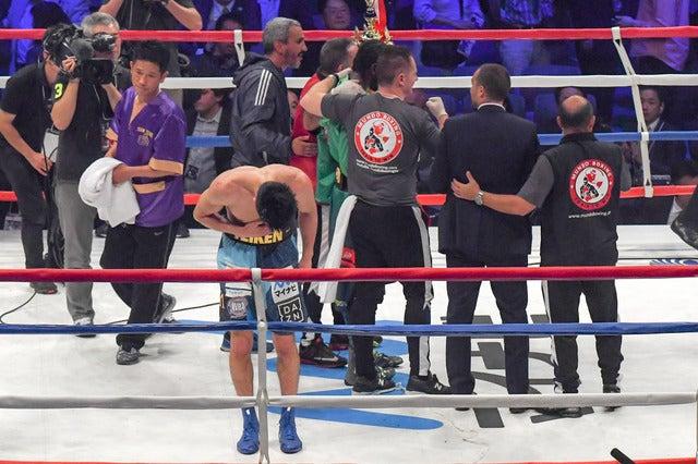 WBA世界ミドル級王座決定戦、アッサン・エンダムに判定負けした村田諒太。試合後に観客席に頭を下げる(2017年5月20日)撮影:五味渕秀行
